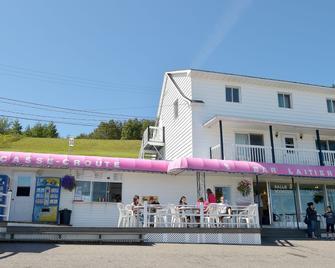 Motels Chalets Flots-Bleus - Saint-Siméon - Building