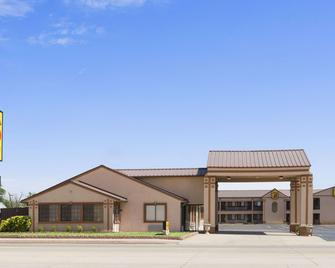 Super 8 by Wyndham Childress - Childress - Building