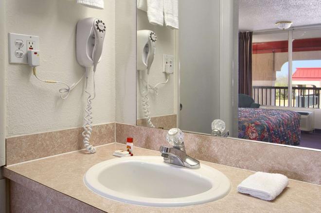 Super 8 by Wyndham Oklahoma Fairgrounds - Oklahoma City - Bathroom