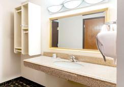 Baymont by Wyndham Memphis East - Memphis - Bathroom