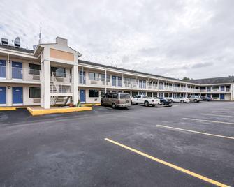 Motel 6 Anniston, AL - Oxford - Building