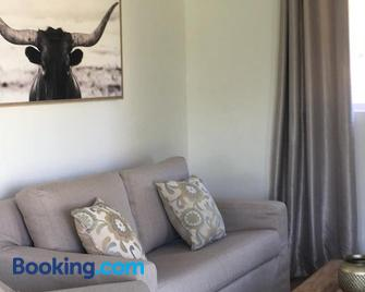 Sweetwater Guest House - Wellington - Living room