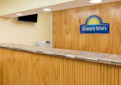 Days Inn & Suites by Wyndham Dayton North - Dayton - Lễ tân