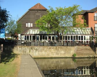 The Bridge Hotel - Chertsey - Building