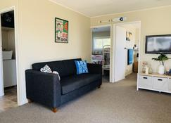 Classic Kiwi Bach in Pohara - Pohara - Living room