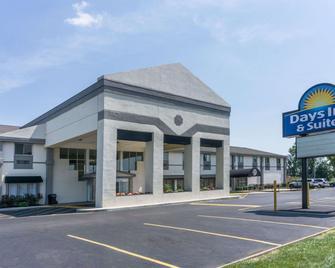 Days Inn & Suites by Wyndham Columbus East Airport - Reynoldsburg - Gebäude