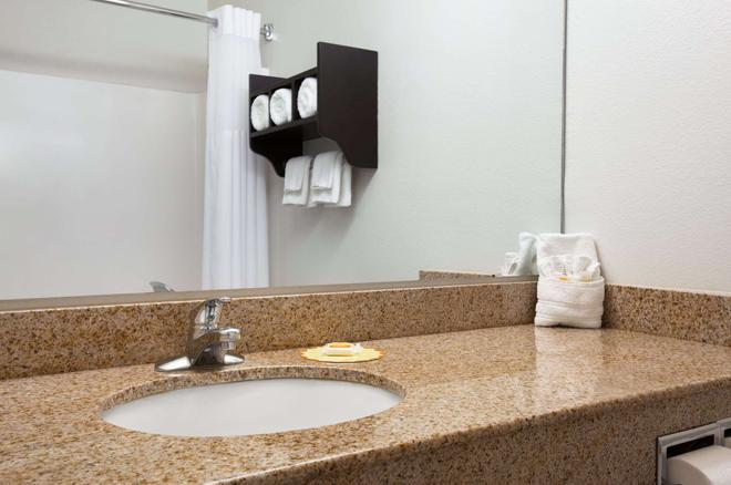 Days Inn & Suites by Wyndham Conroe North - Conroe - Bathroom