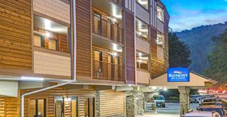 Baymont Inn & Suites Gatlinburg On The River - Gatlinburg - Building