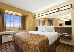 Microtel Inn & Suites by Wyndham Round Rock - Round Rock - Bedroom