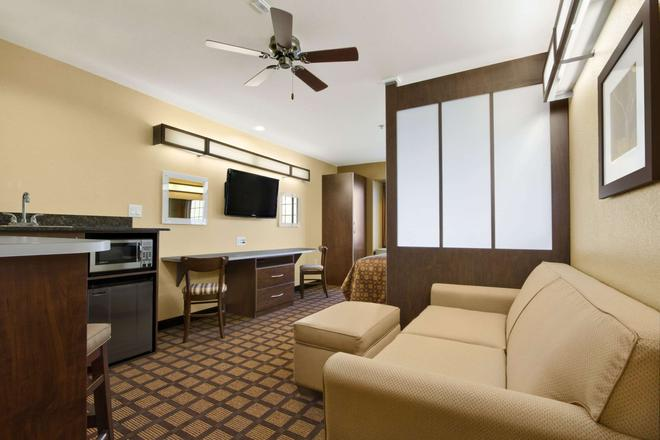 Microtel Inn & Suites by Wyndham Round Rock - Round Rock - Living room