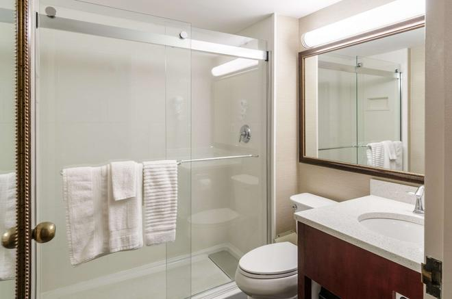 Comfort Inn & Suites - West Springfield - Bathroom