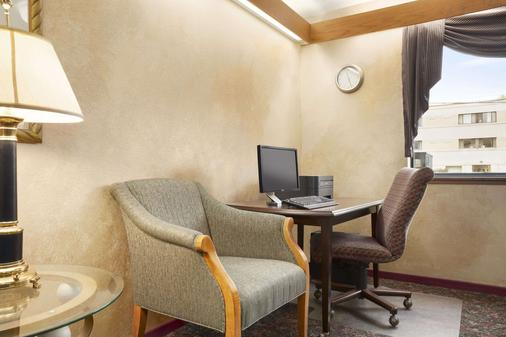 Super 8 by Wyndham Milwaukee Airport - Milwaukee - Business centre