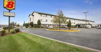 Super 8 by Wyndham Milwaukee Airport - Milwaukee