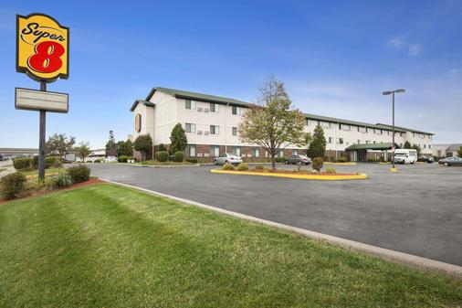 Super 8 by Wyndham Milwaukee Airport - Μιλγουόκι - Κτίριο