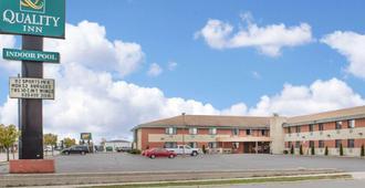 Quality Inn Stadium Area - Green Bay - Building