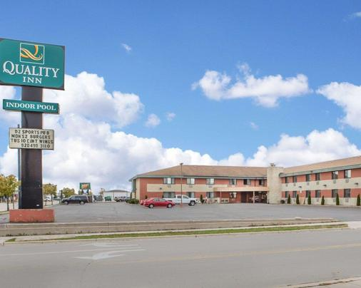 Quality Inn Stadium Area - Green Bay - Gebäude