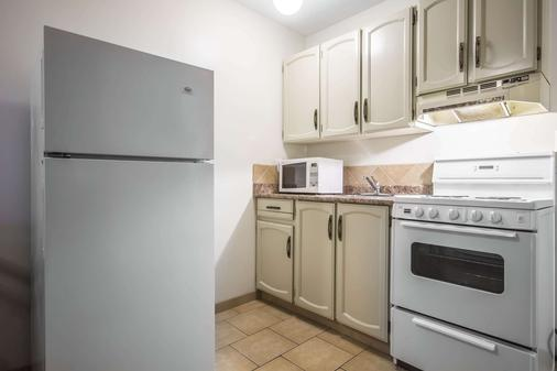 Econo Lodge - Vernon - Kitchen