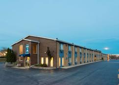 Days Inn by Wyndham Rockford - Rockford - Rakennus