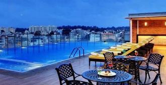 Hotel Royal Orchid Bangalore - Thành phố Bangalore - Bể bơi