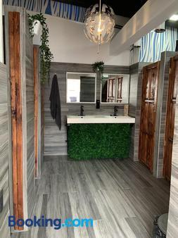Island Life Hostel - Santo Domingo - Bathroom
