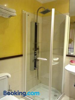 Hostal Al-Andalus - Conil de la Frontera - Bathroom
