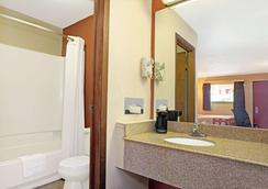 Super 8 by Wyndham Cincinnati OH - Cincinnati - Bathroom
