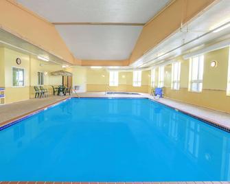 Super 8 by Wyndham Sault Ste. Marie - Sault Ste. Marie - Pool