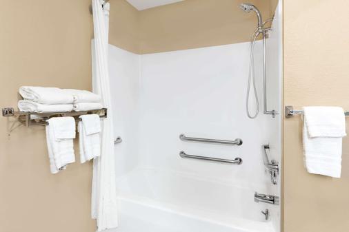 Super 8 by Wyndham St. Ignace - Saint Ignace - Bathroom