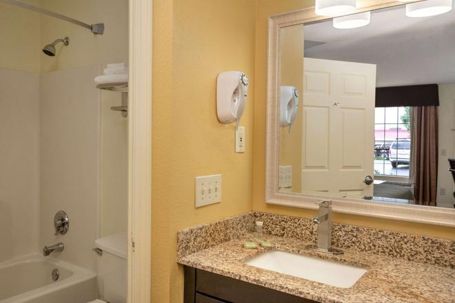 Super 8 by Wyndham Garner/Clayton/Raleigh - Garner - Bathroom