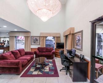 Days Inn & Suites by Wyndham Winnie - Winnie - Lobby