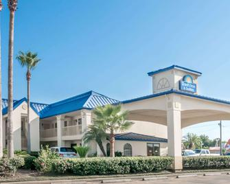 Days Inn & Suites by Wyndham Winnie - Winnie - Gebouw