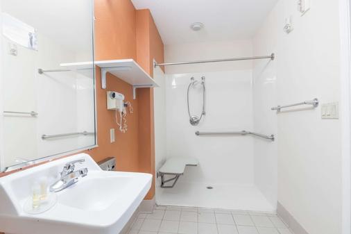 Days Inn & Suites by Wyndham Winnie - Winnie - Bathroom