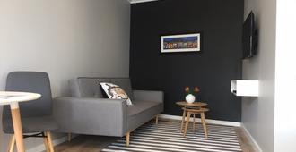 Central Claremont garden apartment - Kapstadt - Wohnzimmer