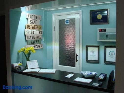 Pen Mar Guest House - Tenby - Front desk