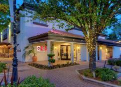 Best Western Plus Palm Court Hotel - Davis - Rakennus