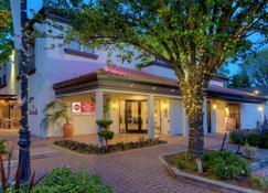 Best Western Plus Palm Court Hotel - Davis - Building