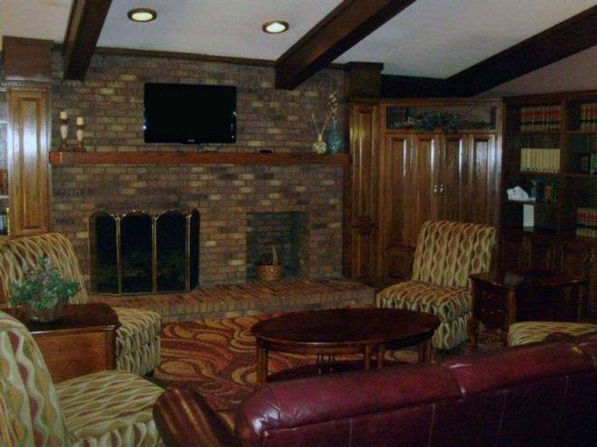 Quality Inn and Suites Searcy I-67 - Searcy - Living room