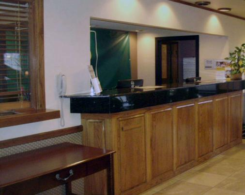 Quality Inn & Suites - Searcy - Front desk