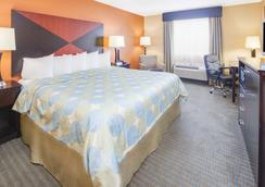 Days Inn & Suites by Wyndham Russellville - Russellville - Bedroom