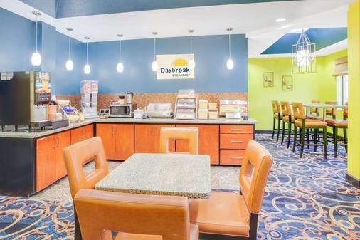 Days Inn & Suites by Wyndham Russellville - Russellville - Buffet