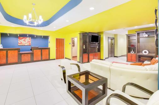 Days Inn & Suites by Wyndham Russellville - Russellville - Lobby