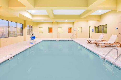 Days Inn & Suites by Wyndham Russellville - Russellville - Pool