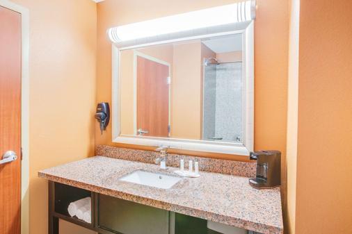 Days Inn & Suites by Wyndham Russellville - Russellville - Bathroom