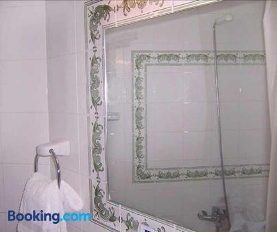 Hostal Las Coronas - Sos Del Rey Catolico - Bathroom