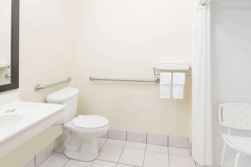 Super 8 by Wyndham Columbus West - Columbus - Phòng tắm