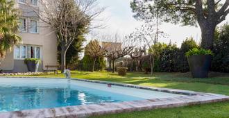 宜必思阿爾勒酒店 - 阿爾勒 - 阿爾勒 - 游泳池