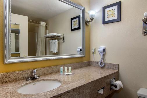 Quality Inn - Union City - Bathroom