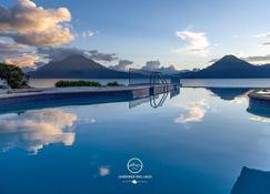 هوتل واي سنترو دي كونفينكيونز - باناجاشيل - حوض السباحة