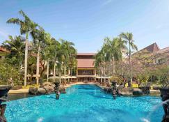 泗水諾富特套房酒店 - 泗水 - 泗水 - 游泳池