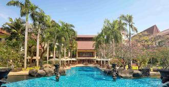 Novotel Surabaya - Hotel & Suites - סוראבאיה - בריכה